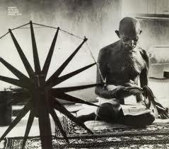 Gandhi au rouet gandhi